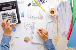 tableaux, graphiques du symbole des ventes d'une entreprise prospère photo