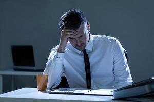 homme triste au bureau photo