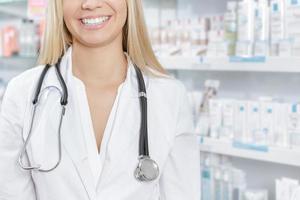 femme souriante, docteur, à, stéthoscope photo