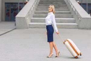 belle femme debout près d'un immeuble de bureaux photo