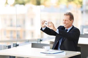 bel homme d'affaires assis à la table photo