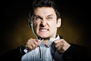 homme d'affaires en colère déchirant la facture photo