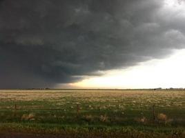 plaines ouvertes sur le front de la tempête