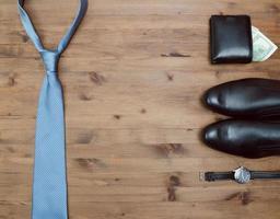 concept de gentleman. cravate dollars montres et chaussures photo