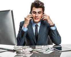 homme d'affaires prospère, parler par téléphone mobile photo
