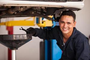 vidange d'huile dans un atelier automobile photo