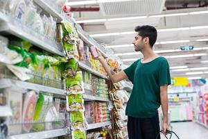 acheter de la nourriture instantanée photo