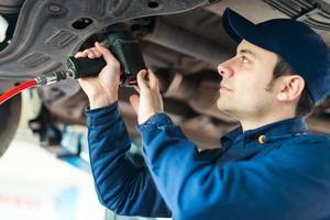 mécanicien, changer, roue voiture, dans, atelier réparation automobile photo