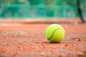 balle de tennis au court de tennis photo