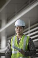 ingénieur industriel asiatique au travail