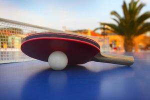 table de ping-pong à l'hôtel de luxe photo