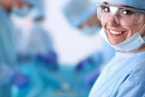 équipe de chirurgie en salle d'opération photo