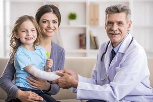 maman avec enfant chez le médecin. photo