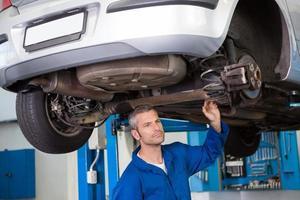 examen mécanique sous la voiture photo