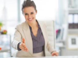 Gros plan sur la femme d'affaires qui s'étend de la main pour une poignée de main photo
