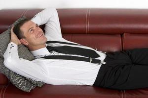 homme affaires, pose, divan photo