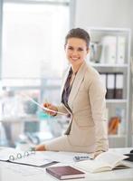 portrait, heureux, femme affaires, fonctionnement, bureau