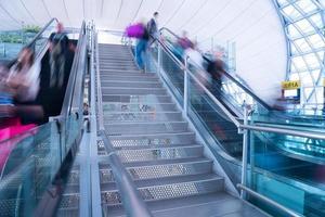 flou mouvement personnes à l'heure de pointe aéroport et gare photo