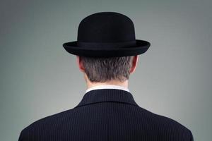 homme d'affaires au chapeau melon photo
