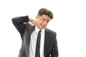 homme d'affaires avec douleur à l'épaule. photo