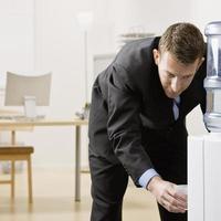 homme d'affaires au refroidisseur d'eau photo