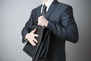 homme d'affaires avec mallette à la main photo