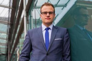 portrait de jeune homme d'affaires, debout devant l'immeuble de bureaux.