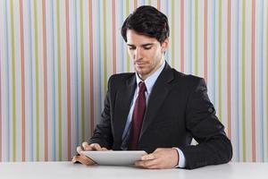 homme affaires, utilisation, tablette, appareil
