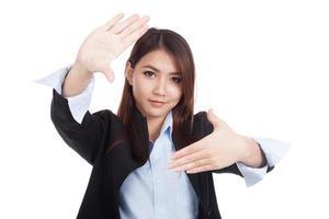 jeune asiatique femme d'affaires sourire avec la main comme cadre photo