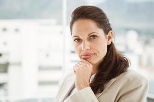 belle jeune femme d'affaires au bureau photo