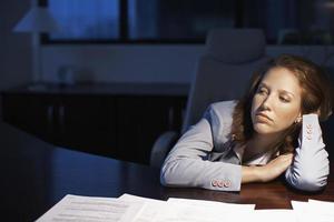 jeune femme travaillant tard photo