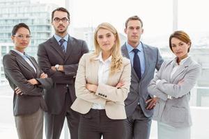 gens d'affaires avec les bras croisés au bureau photo