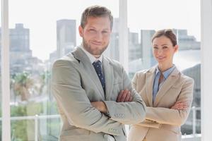 souriant partenaires commerciaux avec les bras croisés photo