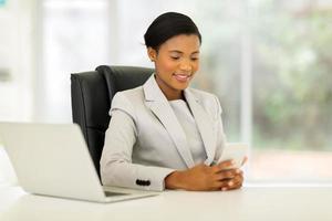 femme d'affaires africaine à l'aide de téléphone intelligent