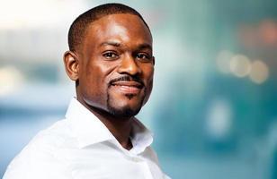 homme d'affaires africain confiant dans son bureau photo