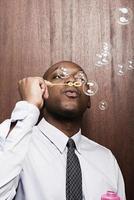 homme d'affaires, soufflant des bulles photo