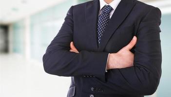 homme d'affaires avec les bras croisés. photo
