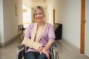 patient en fauteuil roulant avec bras cassé