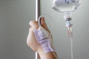 main gonflée par une solution saline intraveineuse (iv). photo