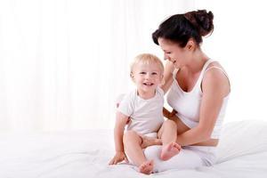 jeune maman enceinte avec son fils photo