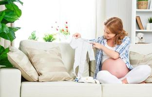 femme enceinte femme enceinte prépare des vêtements pour newb photo