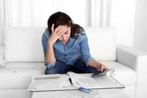 jeune, femme, maison, stress, désespéré, financier, problèmes photo