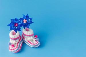 chaussons tricotés à la main avec jouet photo