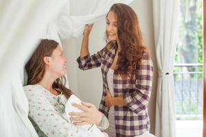 une femme soutient sa sœur après un accouchement photo