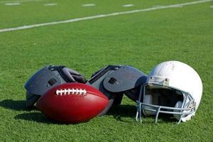 football américain et casque sur le terrain photo