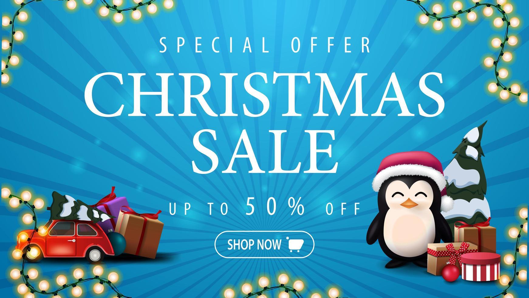 offre spéciale, vente de noël, jusqu'à 50 rabais, bannière de réduction bleue avec guirlande, voiture vintage rouge portant arbre de Noël et pingouin en chapeau de père Noël avec des cadeaux vecteur