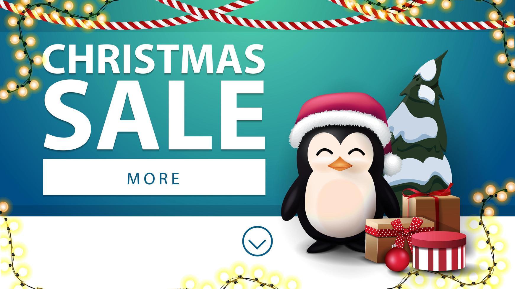 Vente de Noël, bannière de réduction bleue avec des guirlandes et pingouin en chapeau de père Noël avec des cadeaux près du mur bleu vecteur