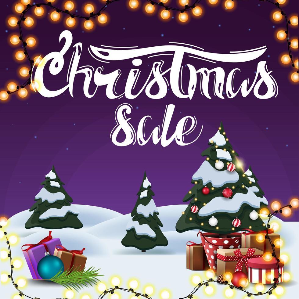 vente de noël, bannière de réduction carrée pourpre avec paysage d'hiver de dessin animé, guirlande et arbre de Noël dans un pot avec des cadeaux vecteur