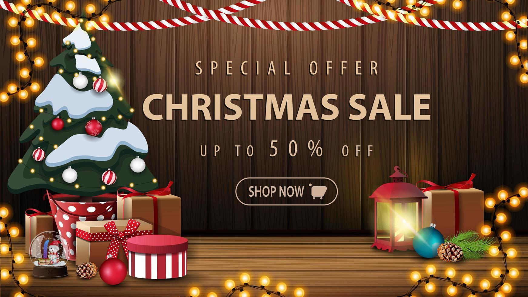 offre spéciale, vente de Noël, jusqu'à 50 rabais, belle bannière de réduction avec décor de Noël, guirlandes, lanterne vintage et arbre de Noël dans un pot avec des cadeaux près du mur en bois vecteur