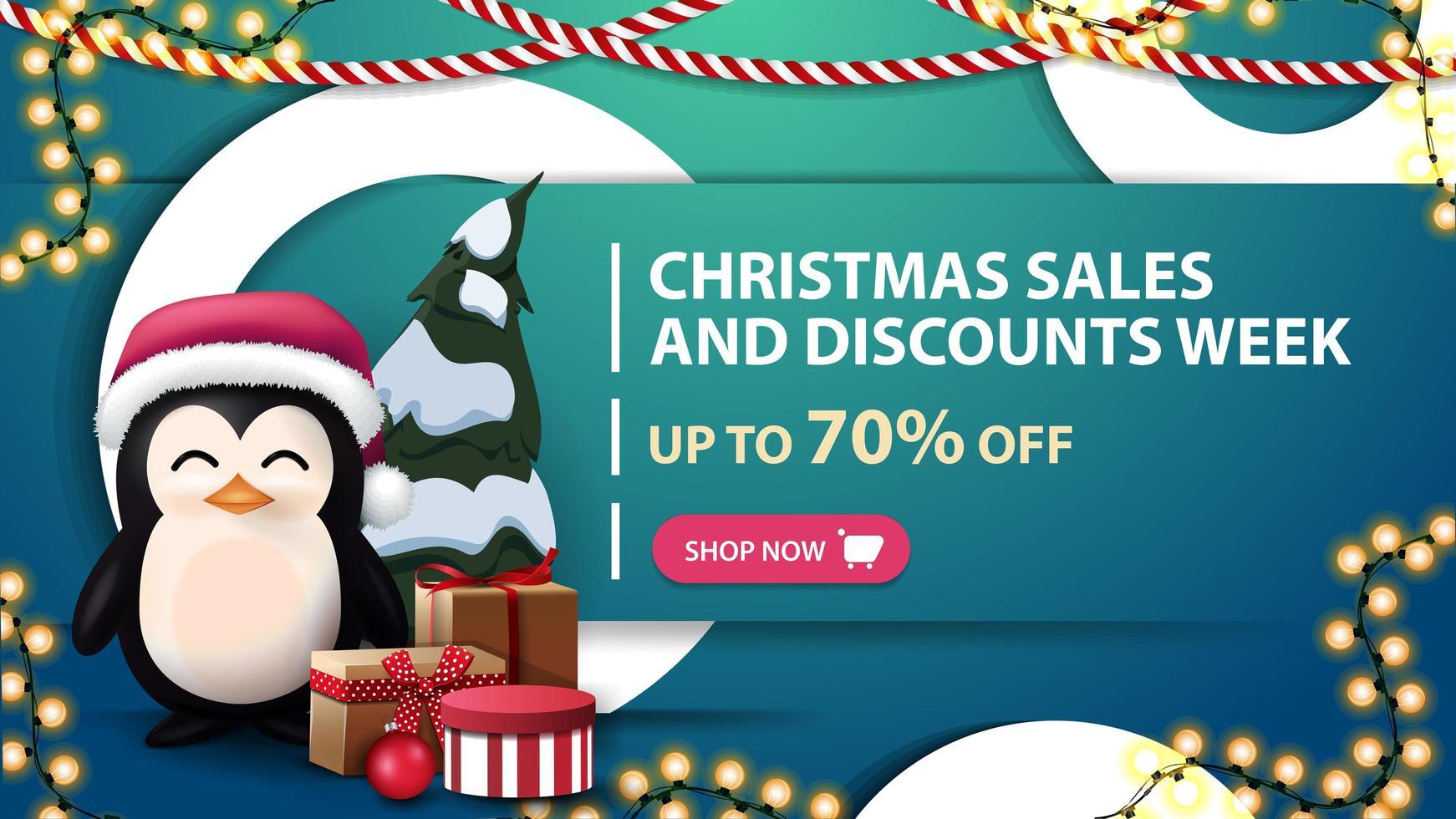 soldes de Noël et semaine de rabais, jusqu'à 70 rabais, bannière de réduction bleue avec anneaux décoratifs blancs, guirlandes et pingouin en chapeau de père Noël avec des cadeaux vecteur